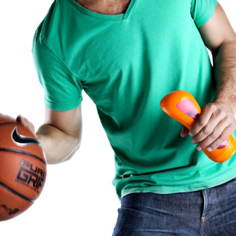 daddy playing basketball with his iiamo sports bottle