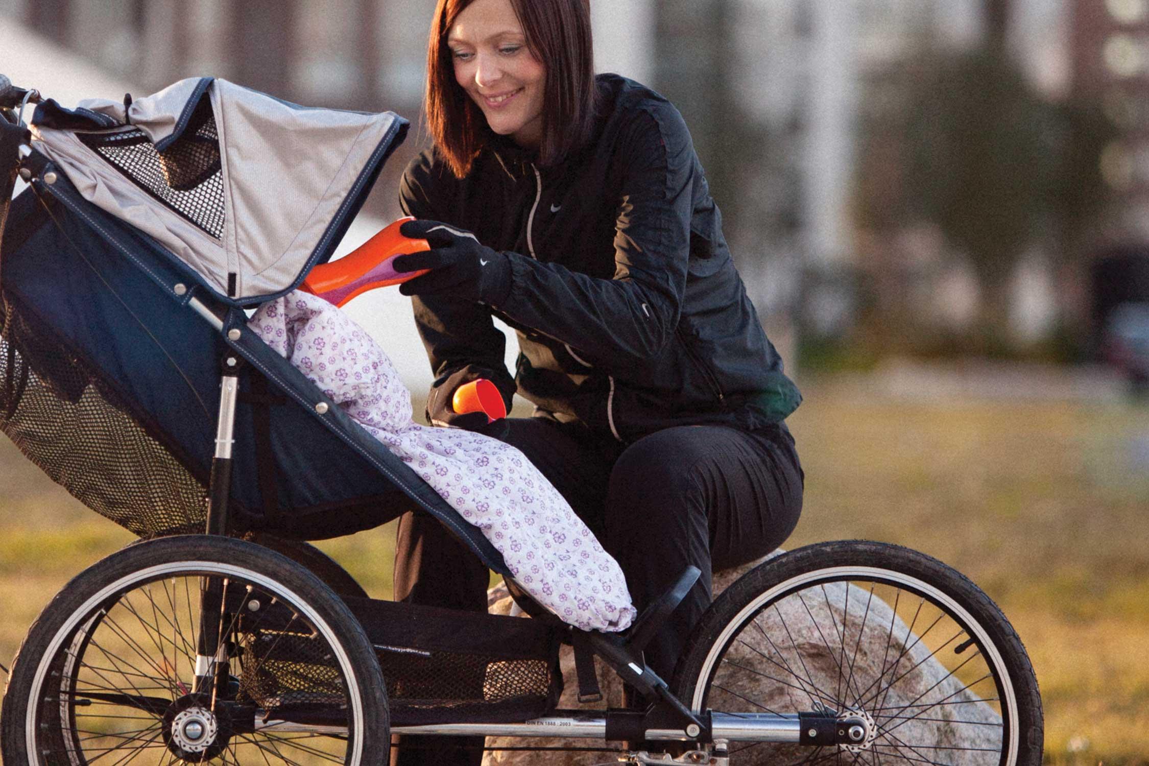 Stadtmama füttert unterwegs ihr Baby mit einer selbsterhitzenden iiamo Babyflasche